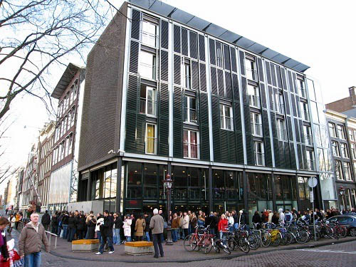 Long line of people at Anne Frank Museum